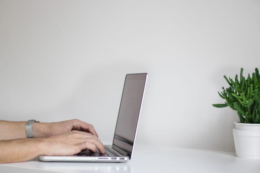 Cum poti sa te bucuri de experienta muncii la birou cand lucrezi de la distanta